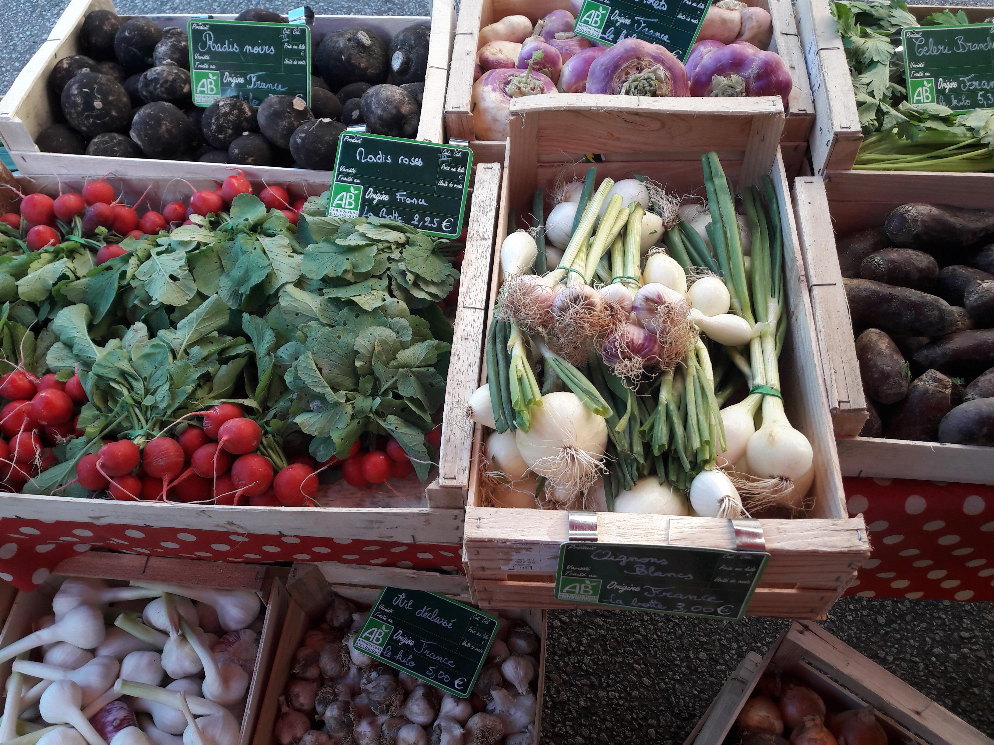 Un étalage de fruits et légumes de printemps, épicerie itinérante bio en Limousin, Nouvelle-Aquitaine